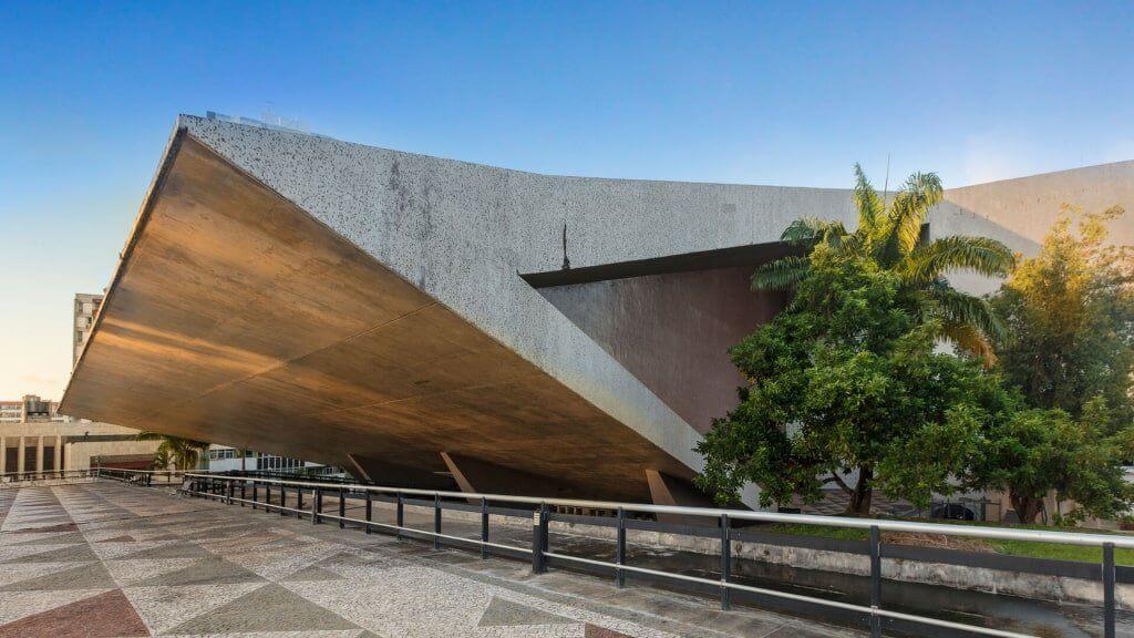 O Teatro Castro Alves - Salvador/BA visto de lado, com a paisagem urbana ao redor, uma grande obra Ciser