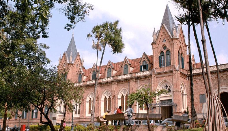 Grandes obras Ciser, a Santa Casa de Misericórdia em Porto Alegre, no Rio Grande do Sul, com sua vista frontal para uma praça