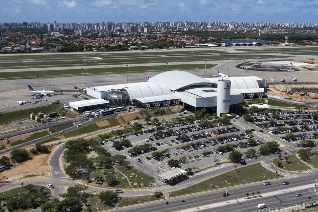 Grande obra Ciser, o Aeroporto Internacional Pinto Martins - Fortaleza/CE em vista aérea de sua pista e saguão de passageiros