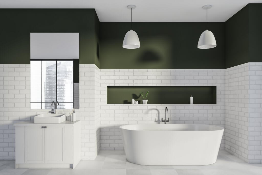 Banheiro e banheira com nicho embutido contínuo na parede