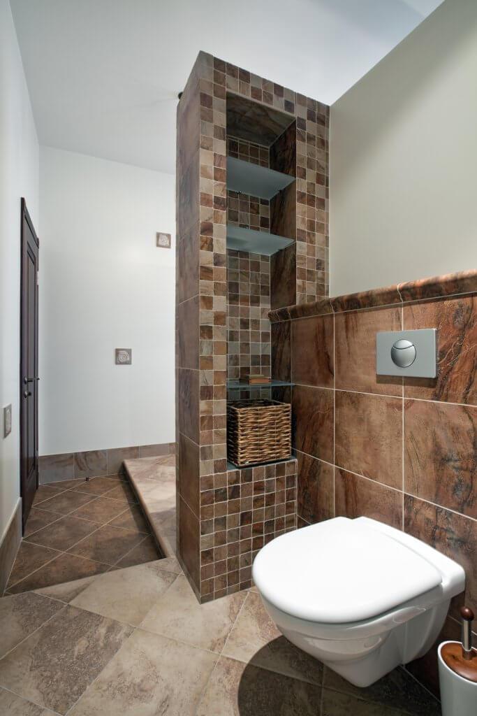 Banheiro estilizado com nicho vertical em parede