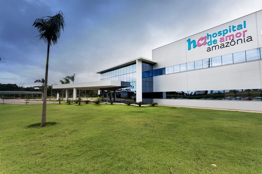 Grande obra Ciser Hospital de Amor Amazônia em Porto Velho, Rondonia, com sua vista frontal com um gramado e coqueiro