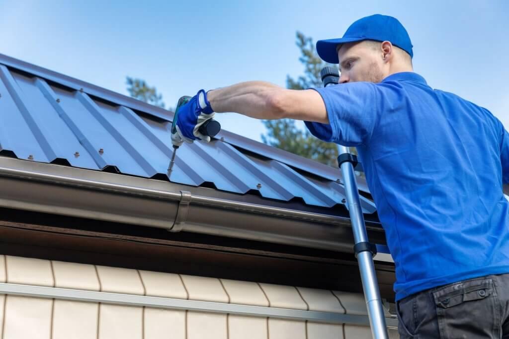 Homem fixando uma estrutura metálica para telhados