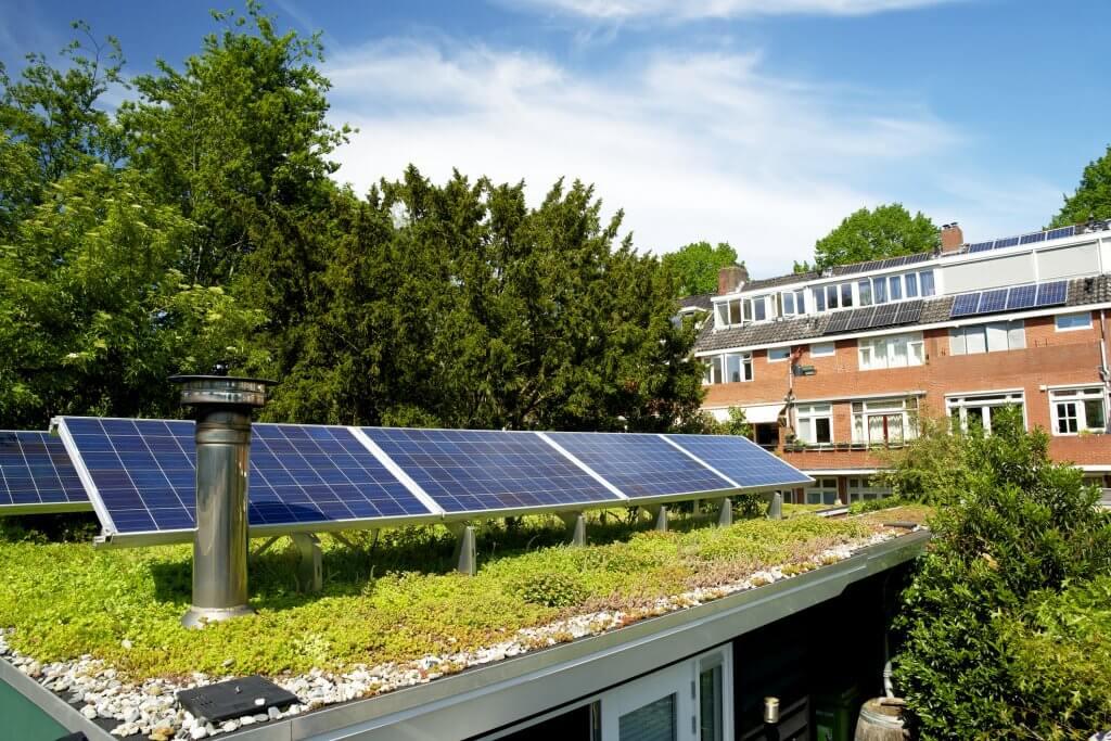 Visão de prédios com telhados verdes e placas solares como meios de sustentabilidade na construção civil
