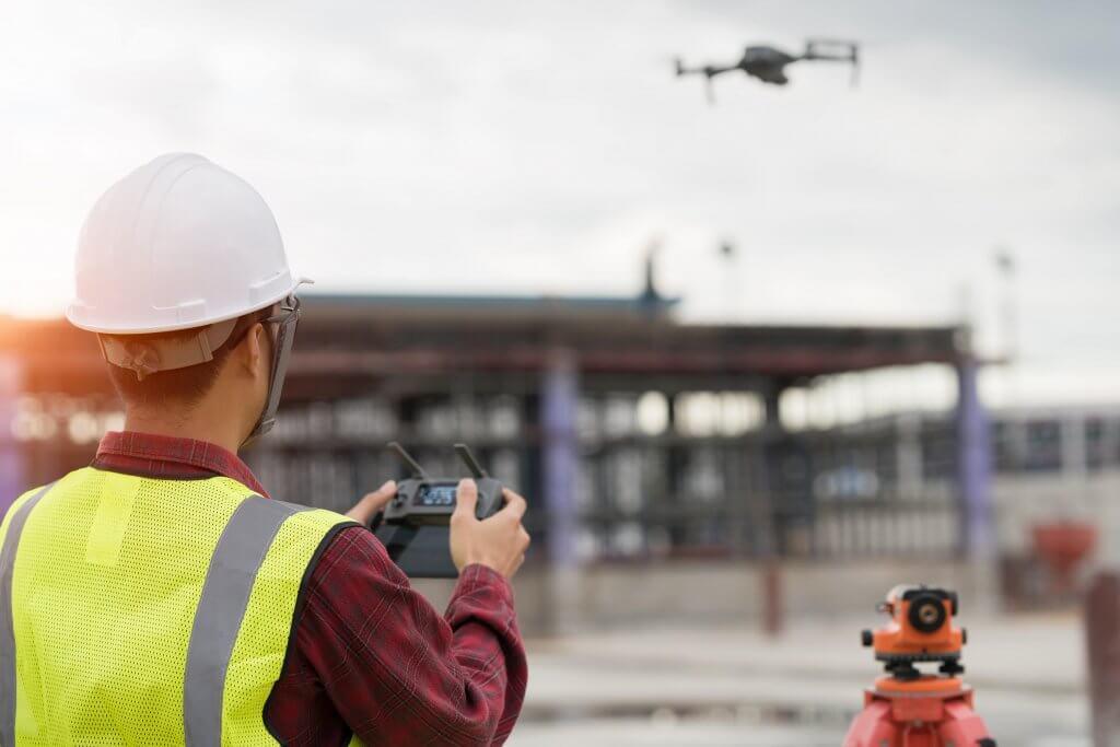 Homem dirigindo o drone